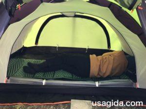 キャプテンスタッグのEVAフォームマットに横になって寝る男
