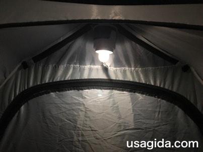 テント内に吊るしたジェントスのランタンSOL-036C