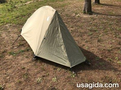 右斜め前から見たモンベルのテント「ムーンライト1型」
