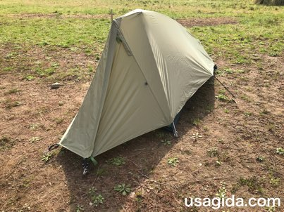 左斜め前から見たモンベルのテント「ムーンライト1型」
