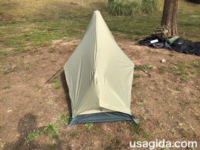 真後ろから見たモンベルのテント「ムーンライト1型」