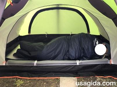 ネイチャーハイクの寝袋LW180で眠る男