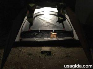 キャリーザサンの強の明かりで照らされたテント