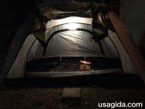 キャリーザサンの弱の明かりで照らされたテント