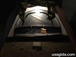 キャリーザサンの中の明かりで照らされたテント