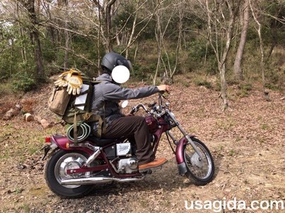 バイクに跨りリュックを背負っている男