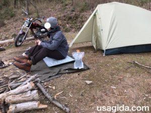 テントの前に座る男