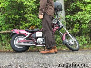 ダナーフィールドを履いてバイクのそばに立つ男