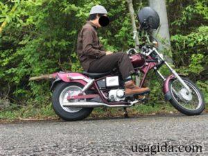 ダナーフィールドを履いてバイクにまたがる男