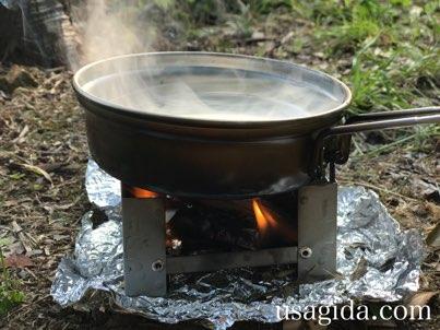 スノーピークのトレック900の蓋フライパンとポケットストーブで焚き火