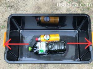 ホムセン箱の真ん中に置かれた水とカセットボンベ