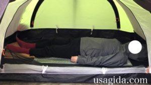 サーマレストのリッジレストソーライトに仰向けに寝転がる男