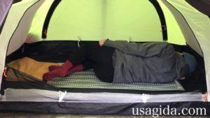 サーマレストのリッジレストソーライトに体を丸めて寝転がる男