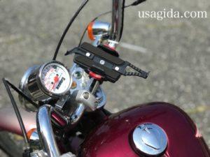 デイトナのスマホホルダーが取り付けられたバイクのハンドル