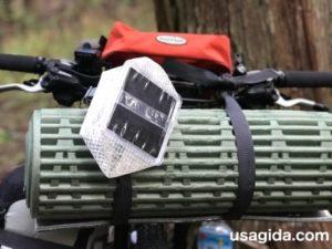 自転車のハンドルに取り付けられたキャリーザサン