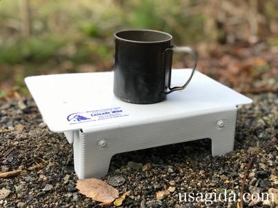 カスケードワイルドのウルトラライトフォールディングテーブルとマグカップ