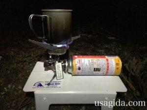 カスケードワイルドのウルトラライトフォールディングテーブルとガスバーナー