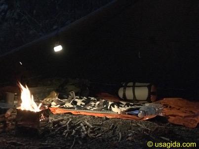 ペンドルトンのタオルブランケットを敷いてタープ泊