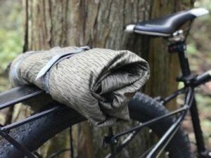 自転車のキャリアに積まれた東ドイツ軍のテントシート