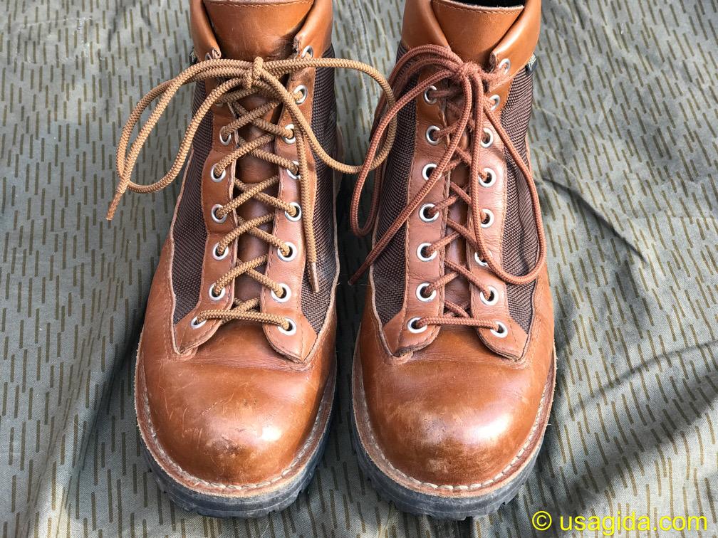 左足が標準の靴紐で右足がゴム紐のダナーフィールド