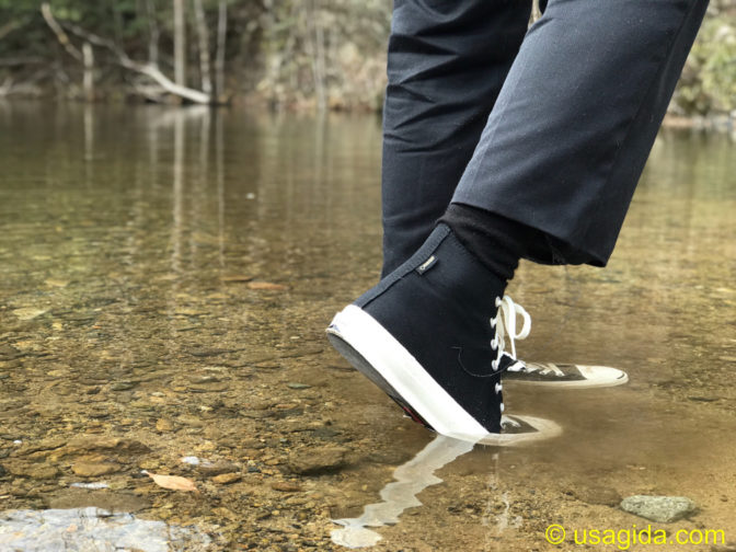 コンバースのゴアテックス搭載ジャックパーセルで川を歩く人