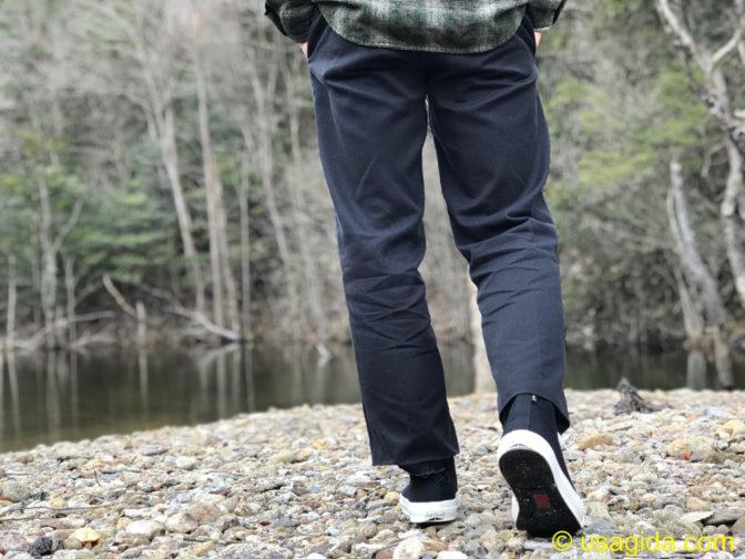 コンバースのゴアテックス搭載ジャックパーセルで河原を歩く人