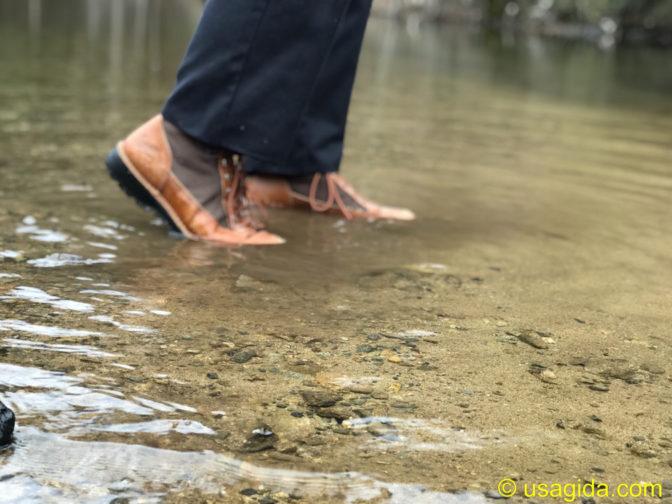 ダナーフィールドで川を歩く人