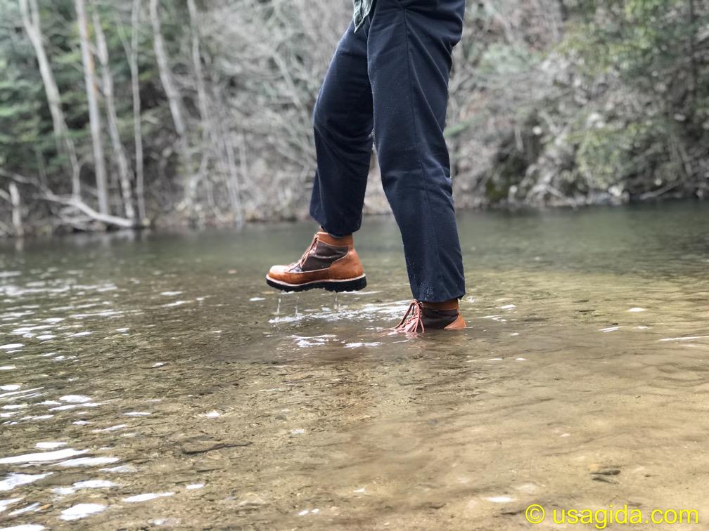 ディッキーズ874を穿いて川に入る人