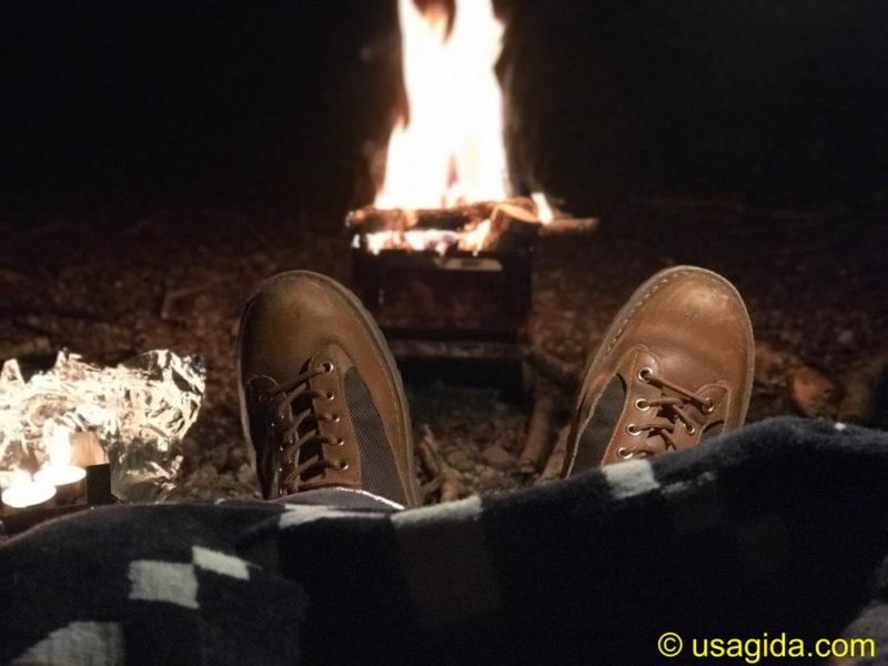 ディッキーズ874を穿いて焚き火をする人