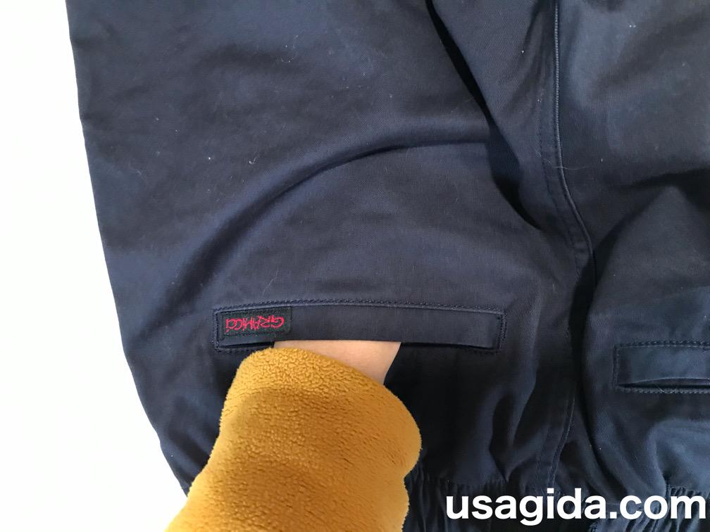 グラミチのNNパンツの後ろポケットに突っ込む手