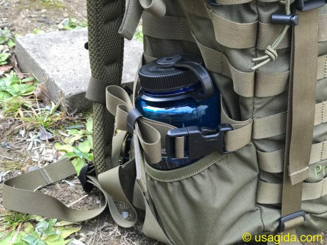 カリマーSFプレデター30のサイドポケットに収納されたナルゲンボトル1L