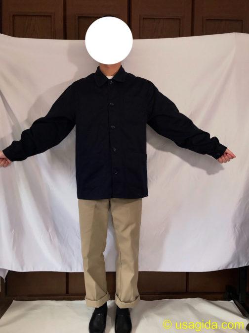 ユナイテッドアスレのカバーオールを着て腕を広げてる人
