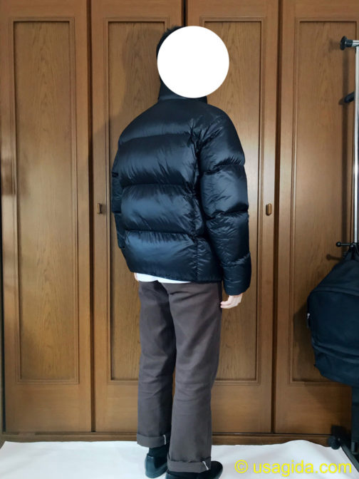 ユニクロのウルトラライトダウンボリュームジャケットを着た人