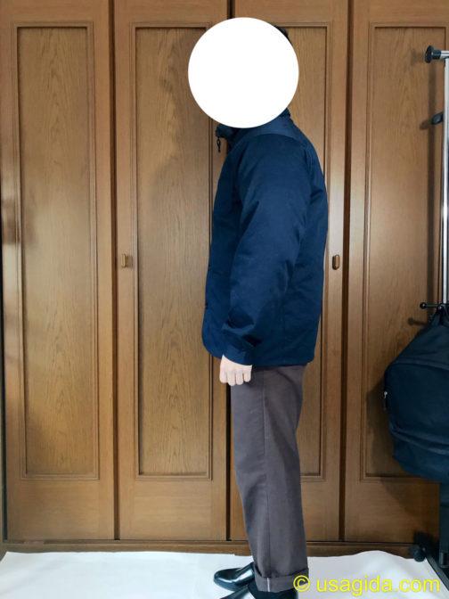 ユニクロのウルトラライトダウンボリュームジャケットの上からユナイテッドアスレのカバーオールを着た人
