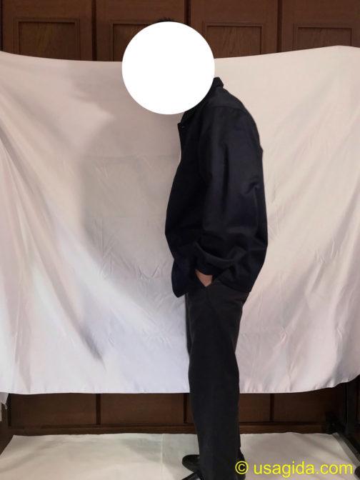 ユナイテッドアスレのカバーオールと黒のディッキーズ874を着た人