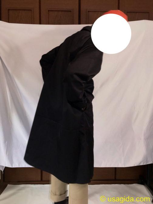 ユナイテッドアスレのエンジニアコートのスルーポケットに手を突っ込む人