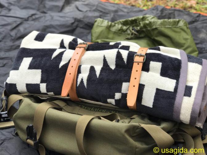 チェコ軍のレザーベルトで丸めて留められたペンドルトンのタオルブランケット