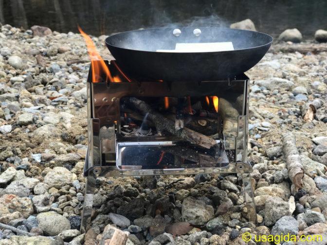 笑'sのB6君と焚き火で料理中のココパンの鉄フライパン