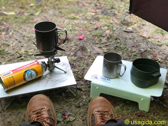 地面に置かれたSOTOのフィールドホッパーとカスケードワイルドのウルトラライトフォールディングテーブル