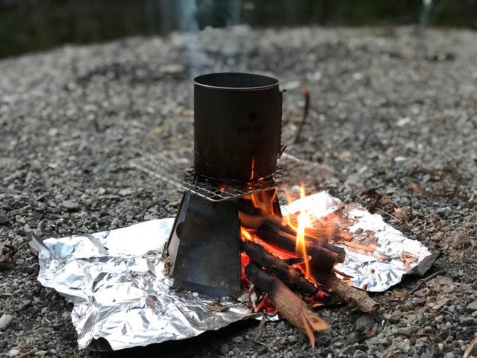 バーゴのチタニウムヘキサゴンウッドストーブとマグカップ