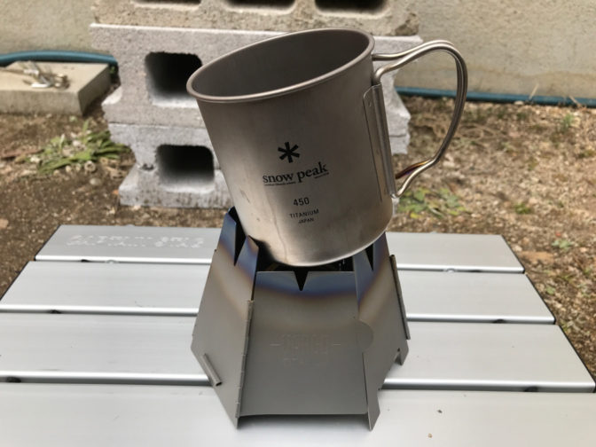 バーゴのチタニウムヘキサゴンウッドストーブから落ちそうなマグカップ