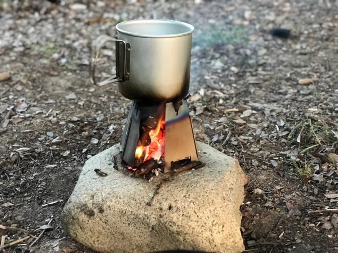 バーゴのチタニウムヘキサゴンウッドストーブとスノーピークのトレック900で料理